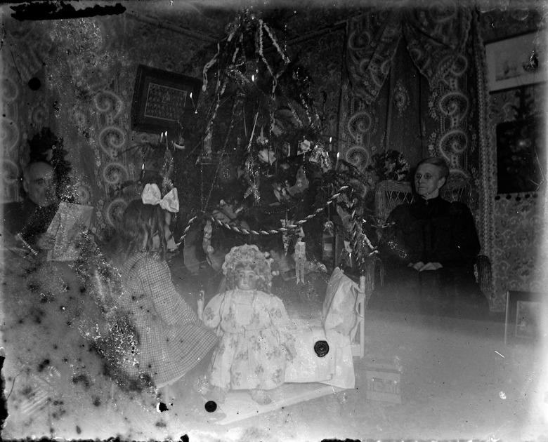 IMG_5800_ChristmasTree_Man_Woman_Girl_Doll_Wallpaper